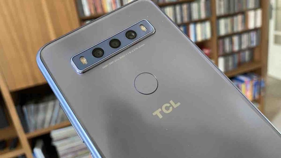 The new TCL 10 SE smartphone